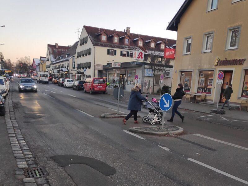 Fußgängerinnen überqueren eine Straße
