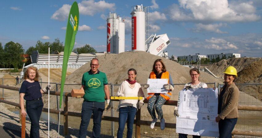 Mitglieder der GRÜNEN Fraktion vor einer Baustelle in der Messestadt